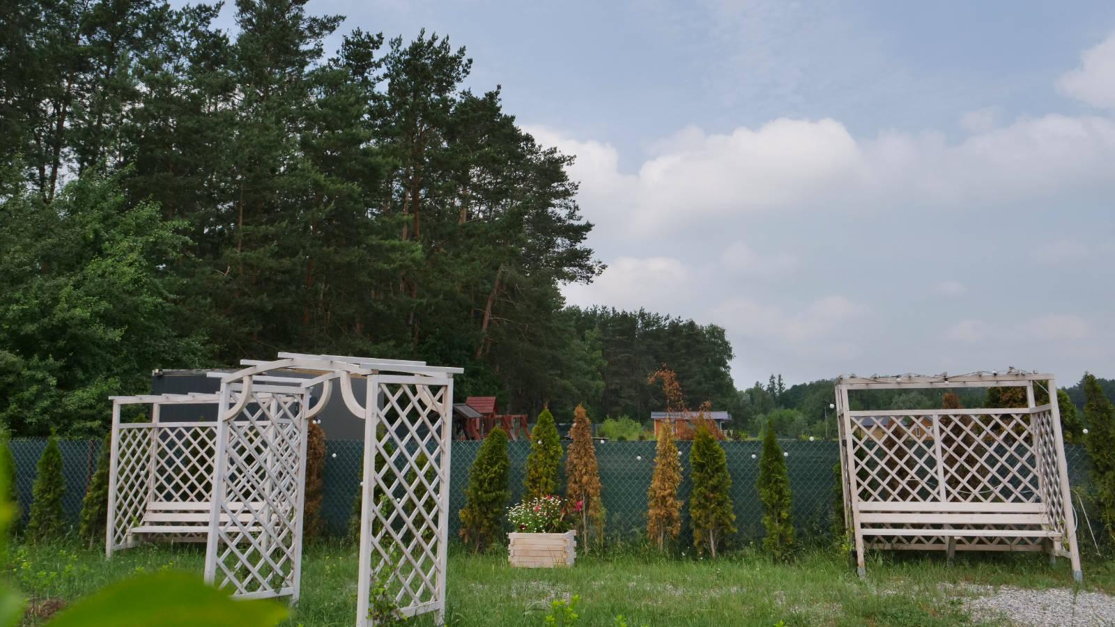 Ławeczki w ogrodzie
